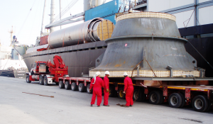 heavy lift cargo being unloaded onto a truck by a transport company in dubai, international freight forwarders such as adso deliever these heavy lift cargo projects on time.